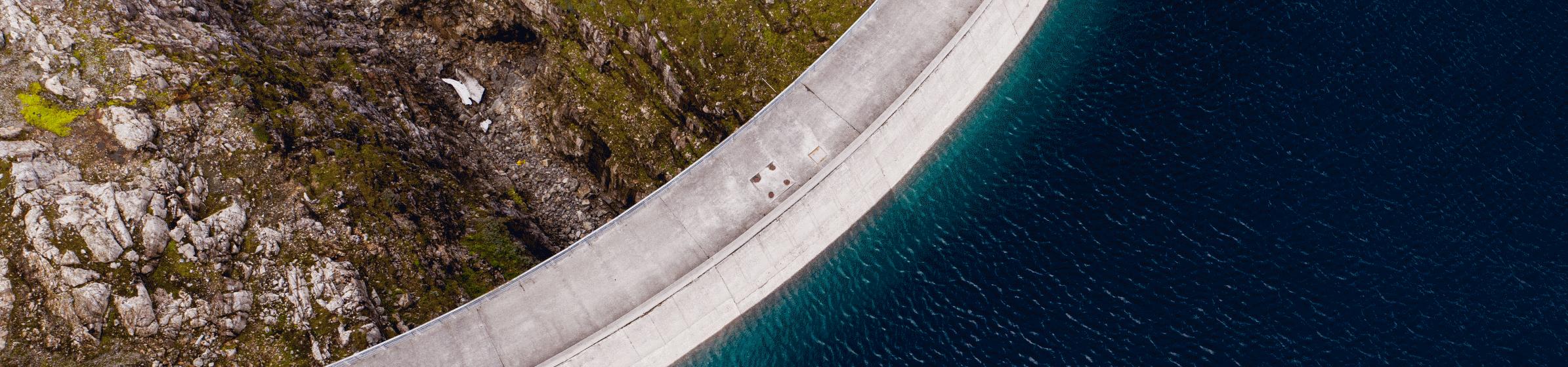 Staudamm und Stausee von oben