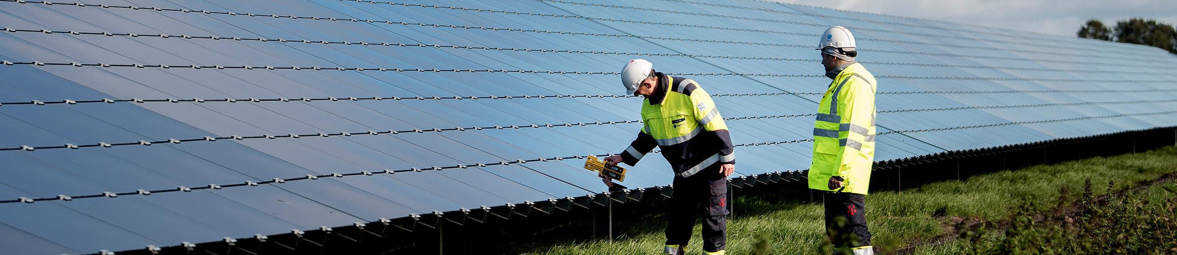 Arbeiter vor Solaranlage