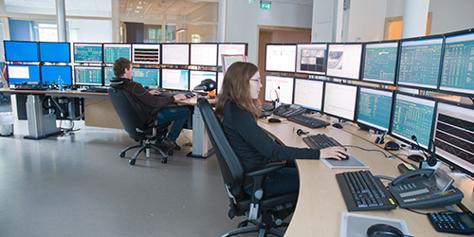 Mitarbeiter vor Computern